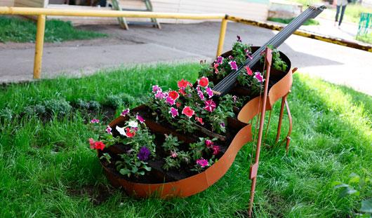 Красивые дворы Ижевска: клумба-виолончель и мини-ферма