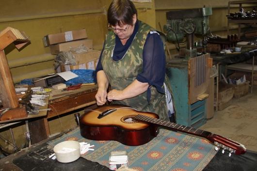 Месяц просушки и 6 видов клея: как в Ижевске делают гитары