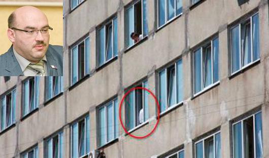 Вице-спикера Городской думы Ижевска Шаталова оттащили от окна