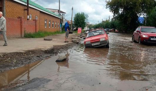 В Ижевске «ВАЗ 2109» провалился в водосток