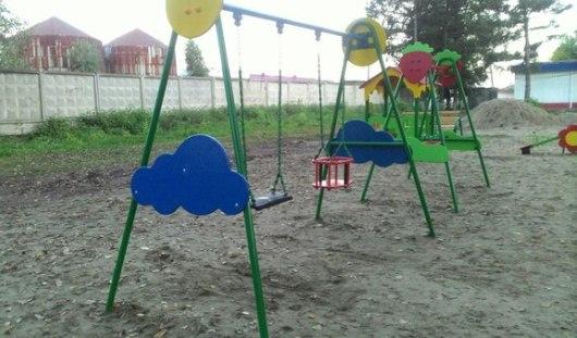 В Ижевске сделали детскую площадку с покрытием из булыжников и грязи