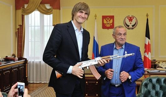 Глава Удмуртии подарил Андрею Кириленко сувенирный АК-47