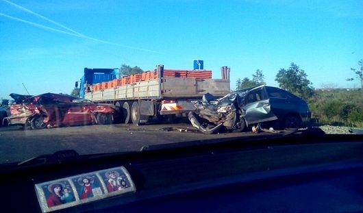 В Удмуртии два автомобиля врезались в грузовик с кирпичами