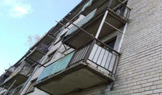 В Удмуртии с балкона 5 этажа упал мужчина