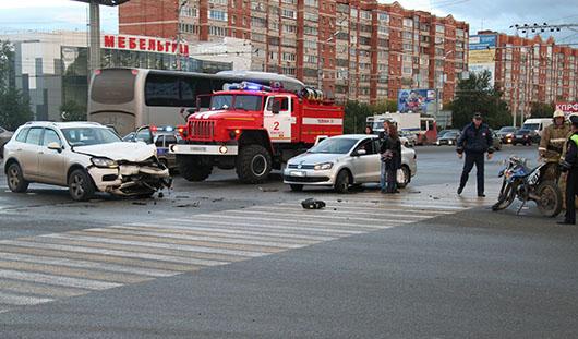 В Ижевске на перекрестке улиц Удмуртская и 10 лет Октября столкнулись авто и мотоцикл