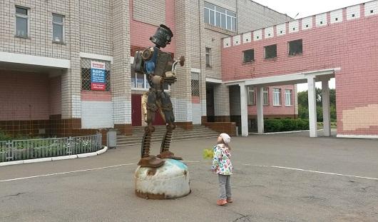 Во дворе школы №93 в Ижевске появилась скульптура робота