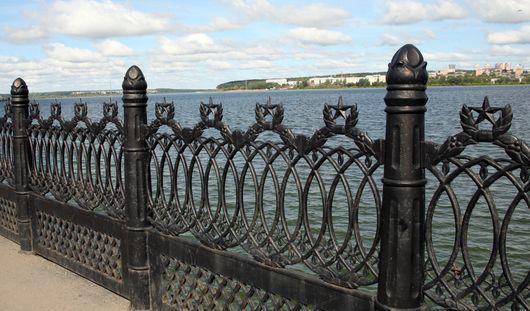 Какие узоры можно увидеть на старинных оградах ижевских улиц?
