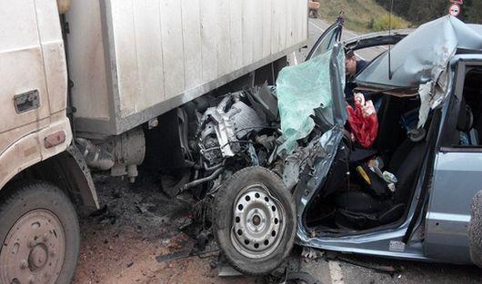 Один человек погиб при столкновении фуры и легковушки в Удмуртии