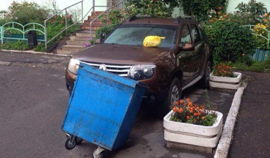 В Ижевске неизвестные за неправильную парковку заблокировали авто мусорным баком