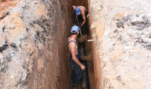 Вода из транзитной трубы затекает в подвал дома в Ижевске