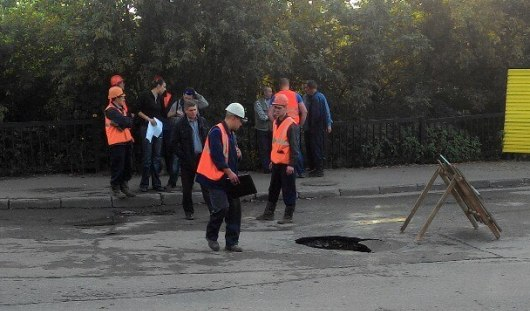 На мосту по улице Дерябина в Ижевске обрушился асфальт из-за порыва