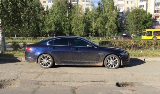 В яме на съезде с улицы Ленина в Ижевске порезал колеса Jaguar XF