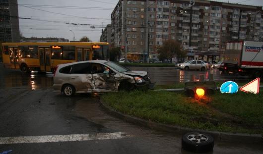 В Ижевске маршрутка столкнулась с легковушкой на Удмуртской