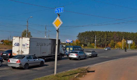 На перекрестке 40 лет Победы - 10 лет Октября в Ижевске можно поворачивать налево с трех полос