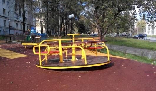 На первой в Ижевске детской площадке для инвалидов сломали карусель