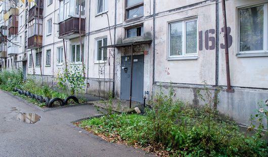 Под ступенькой подъезда дома на Воровского в Ижевске нашли могильную плиту