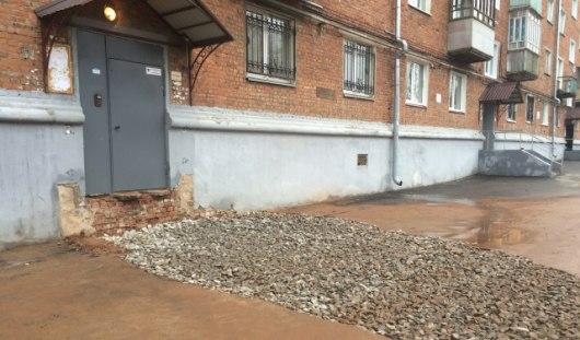 Рабочие закопали яму у крыльца дома №11 по ул. 50 лет Октября