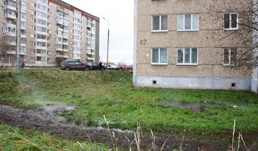 В Ижевске горячая вода подмывает дом на улице Красноармейская