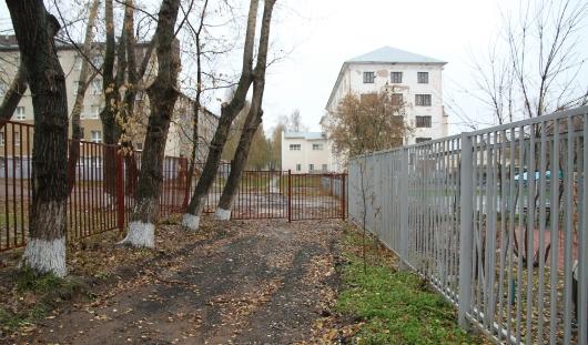 На месте огороженной пешеходной дорожки у Медакадемии построят детскую площадку