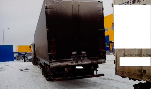 Пешехода зажало между двумя фурами в Ижевске