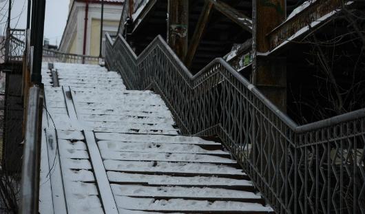 Кому жаловаться, если не чистят от снега лестницу возле дома?
