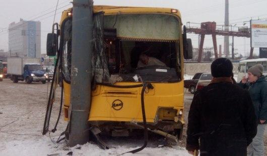 В Ижевске из-за утреннего снегопада автобус въехал в столб