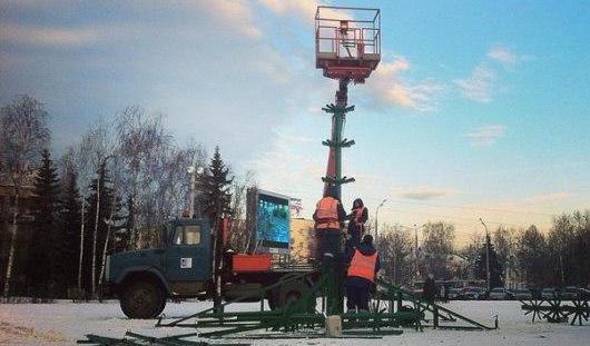 На центральной площади Ижевска начали устанавливать новогоднюю елку