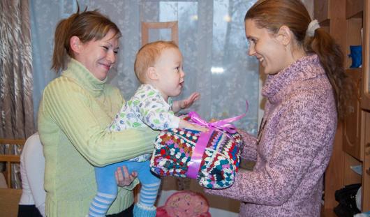 В Ижевске волонтеры связали плед для мамы двух детей-инвалидов