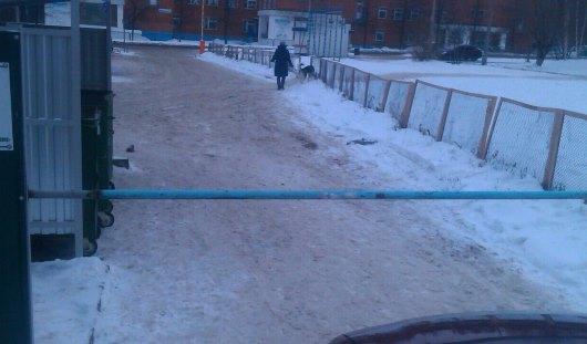 Во дворе Ижевска приварили трубу, чтобы посторонние не въезжали во двор