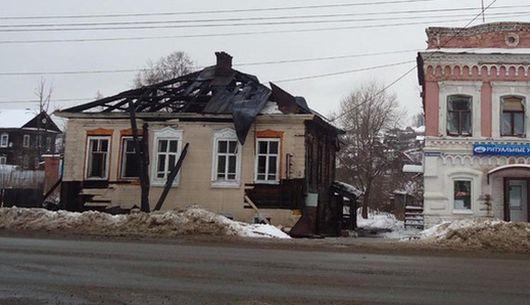 Старинный купеческий дом сгорел в Удмуртии