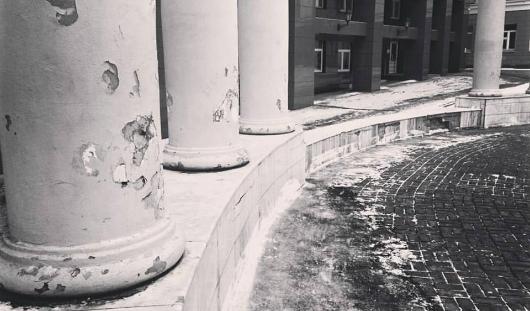 Из чего сделаны колонны в сквере УдГУ и почему они в таком плохом состоянии?