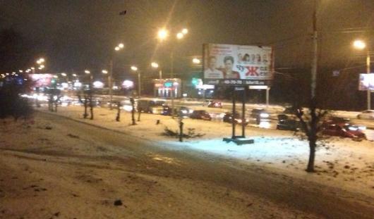 Больше 10 автомобилей пробили колеса в яме на перекрестке улиц Карла Маркса и Чугуевского