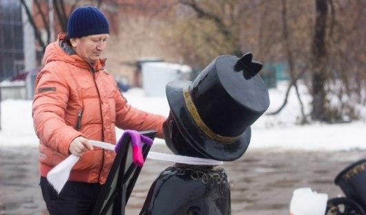 Активист из Ижевска уже в четвертый раз надел шарфы на скульптуры города
