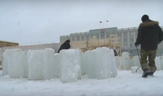 На Центральную площадь Ижевска завезли первую партию льда для городка