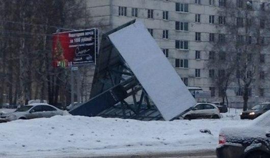 Демонтаж билборда на перекрестке улиц Удмуртской и 10 лет Октября ижевчане приняли за обрушение конструкции