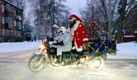 По Ижевску ездят мотоциклисты переодевшиеся в костюмы Деда Мороза и Зайки