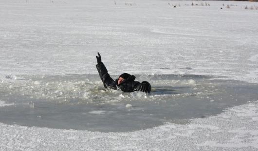 В Удмуртии мужчина провалился под лед на реке Кама