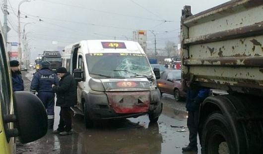 В Ижевске три человека пострадали при столкновении грузовика и маршрутки