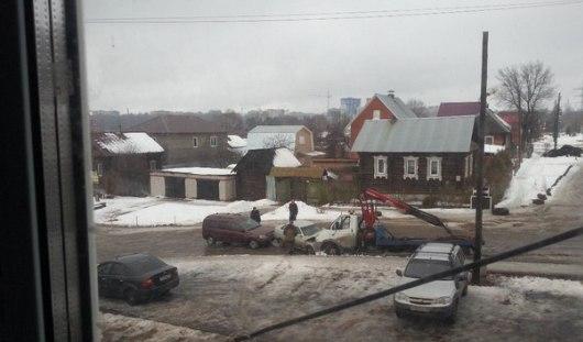 Эвакуатор в Ижевске врезался в машину, которую должен был погрузить