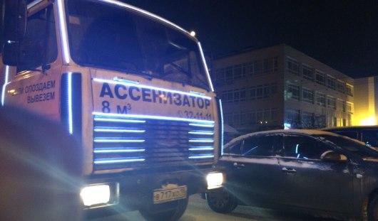 Новый год к нам мчится: в Ижевске водитель ассенизатора украсил авто гирляндами