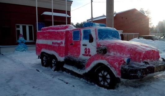 В Удмуртии сотрудники МЧС слепили из снега пожарную машину