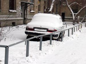 В Челябинске припаркованный под окнами автомобиль огородили забором