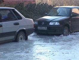 В Удмуртии две машины намертво вмерзли в лед