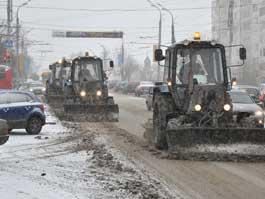 Первые снегопады в Ижевске: дорожникам мешают пробки и неправильно припаркованные авто