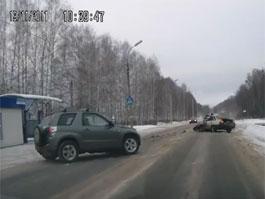 В Ижевске очевидцы сняли на камеру лобовое столкновение иномарок