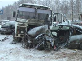 В Ижевске автобус вынесло на встречную полосу, две иномарки всмятку