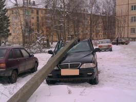 На парковке в Ижевске фонарный столб упал на внедорожник