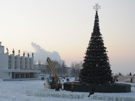 На Центральной площади Ижевска установили елку