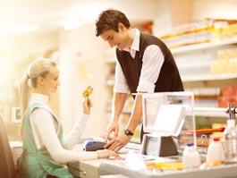 Жители Удмуртии стали чаще оплачивать покупки пластиковыми картами Сбербанка