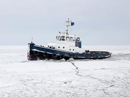 Российское судно тонет во льдах Антарктиды